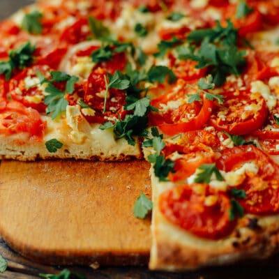 Пицца на сковороде с помидорами и сыром