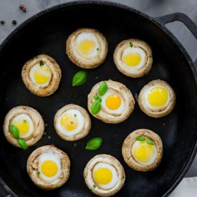 Шампиньоны, фаршированные помидором и яйцами - рецепт с фото