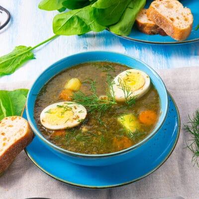 Щавелевый суп с куриным яйцом и картошкой