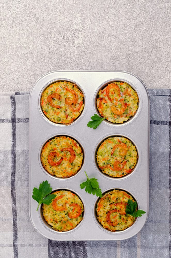 Фото рецепта - Овощные кексы с креветками и сыром - шаг 6