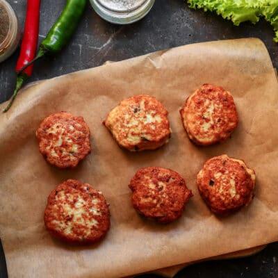 Разогреть растительное масло на сковородке и обжаривать каждую котлетку около 3 минут с каждой стороны, до румяности.