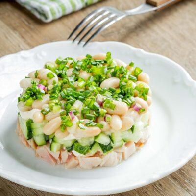 Слоеный салат из копченой курицы и фасоли