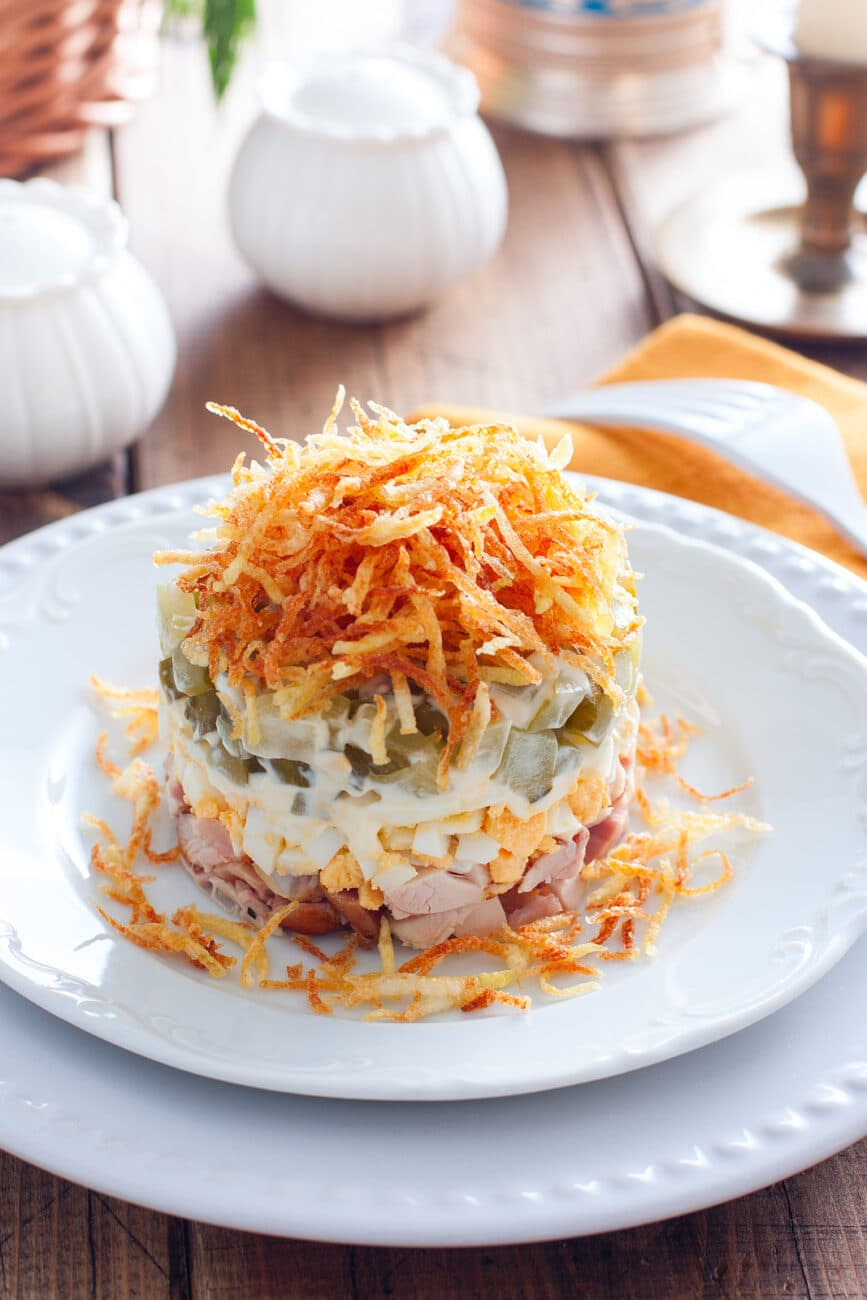 Слоеный салат из копченой курицы и картофеля