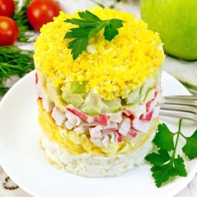 Слоеный салат с крабовыми палочками и яйцами