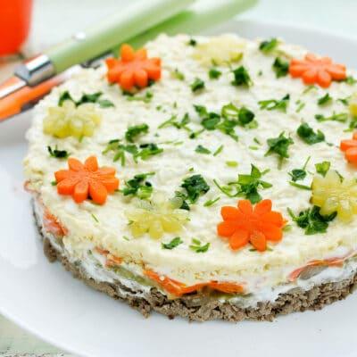 Слоёный салат с куриной печенью и соленым огурцом