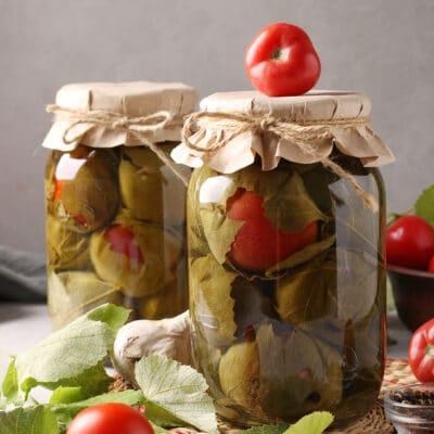 Соленые помидоры с чесноком в виноградных листьях