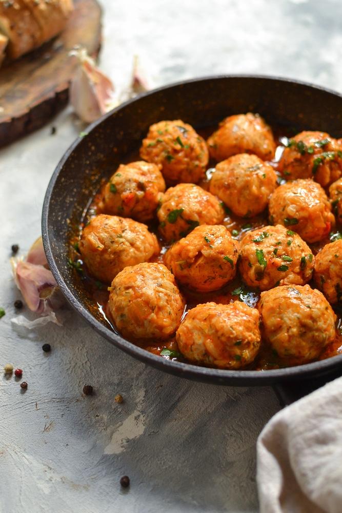Куриные тефтели c рисом в томатном соусе
