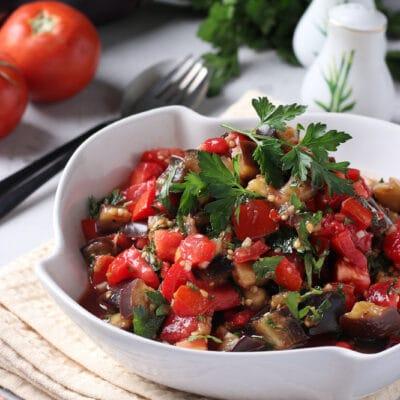 Тёплый салат из баклажанов с помидорами
