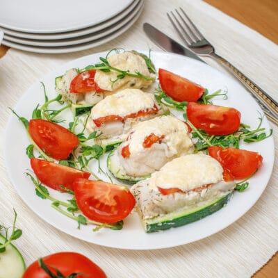 Треска с кабачками и помидорами, запеченная в духовке - рецепт с фото