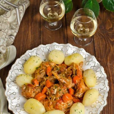 Тушеный кролик с овощами в соусе из белого вина