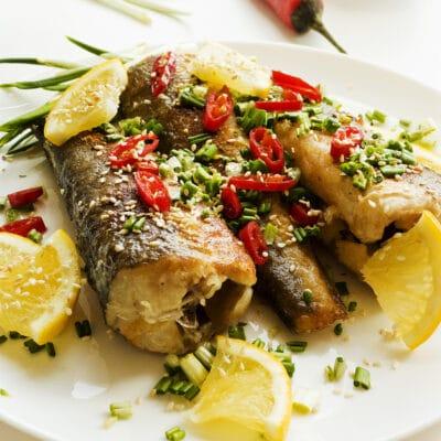 Запеченная рыба с луком и перцем - рецепт с фото