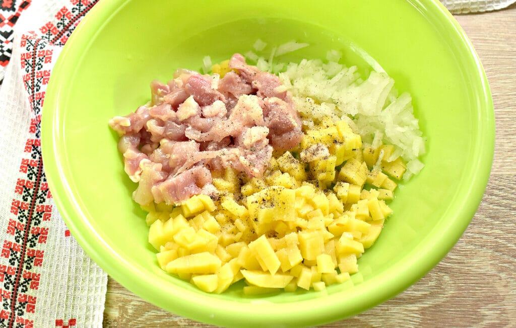 Фото рецепта - Заливной пирог на сметане с картофелем и курицей - шаг 2