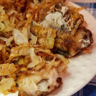 Жареный минтай с луком - рецепт с фото