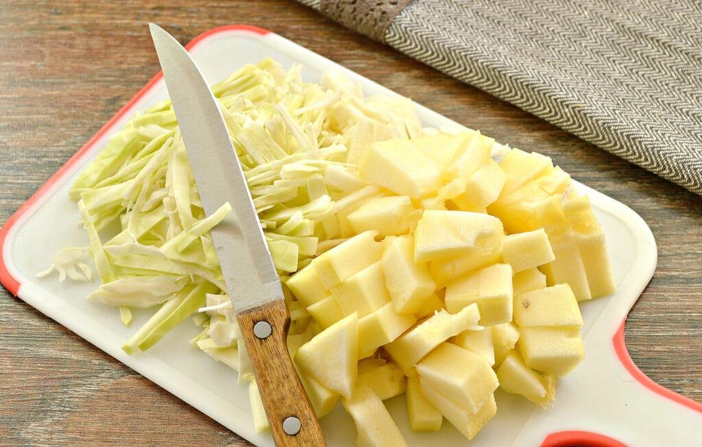 Фото рецепта - Овощное рагу со свининой, капустой и кабачками - шаг 3