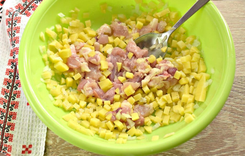 Фото рецепта - Заливной пирог на сметане с картофелем и курицей - шаг 3