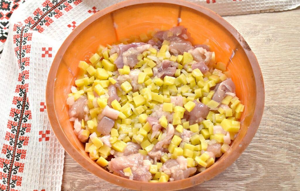 Фото рецепта - Заливной пирог на сметане с картофелем и курицей - шаг 4