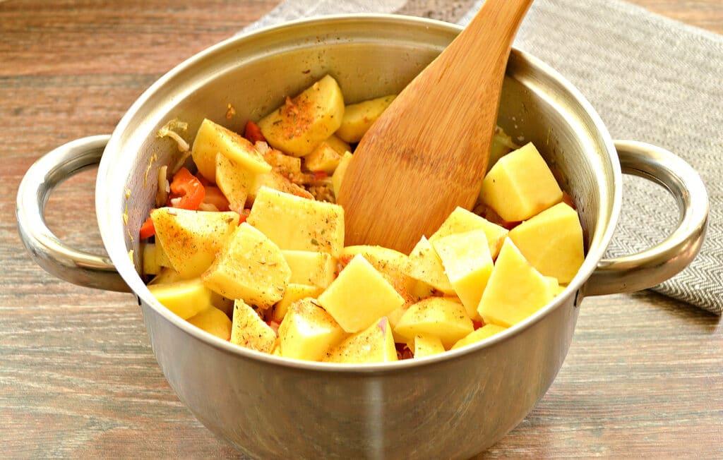 Фото рецепта - Овощное рагу со свининой, капустой и кабачками - шаг 5