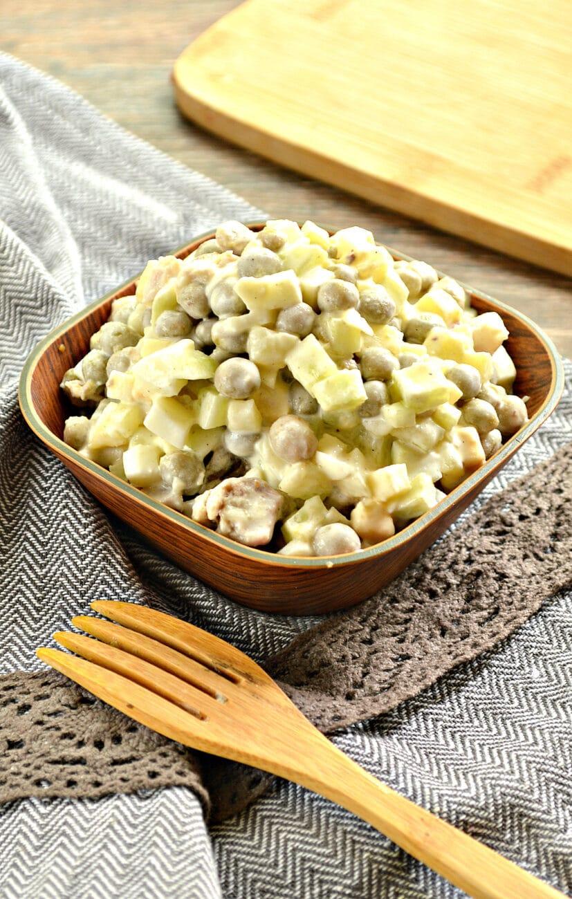 Салат со свининой, горошком и свежим огурцом