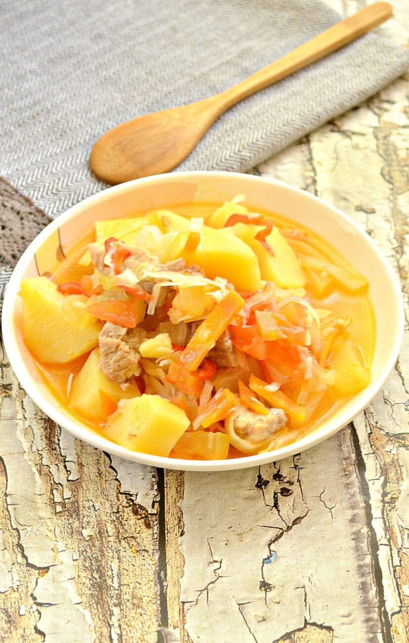 Овощное рагу со свининой, капустой и кабачками