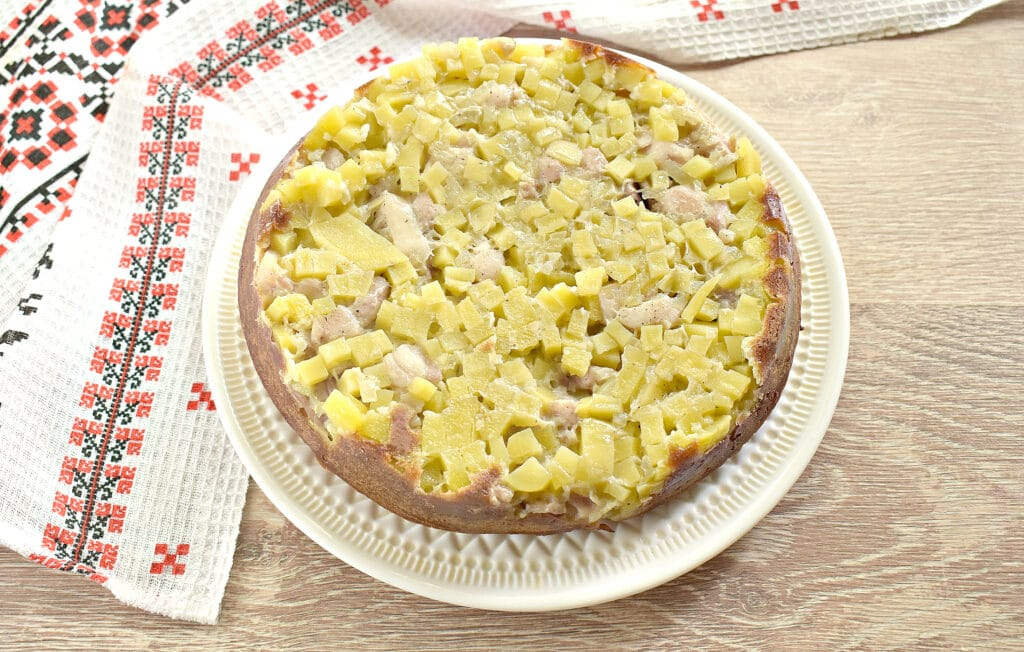 Фото рецепта - Заливной пирог на сметане с картофелем и курицей - шаг 7