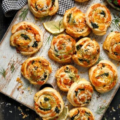 Булочки из слоёного теста с рыбой, шпинатом и сыром - рецепт с фото