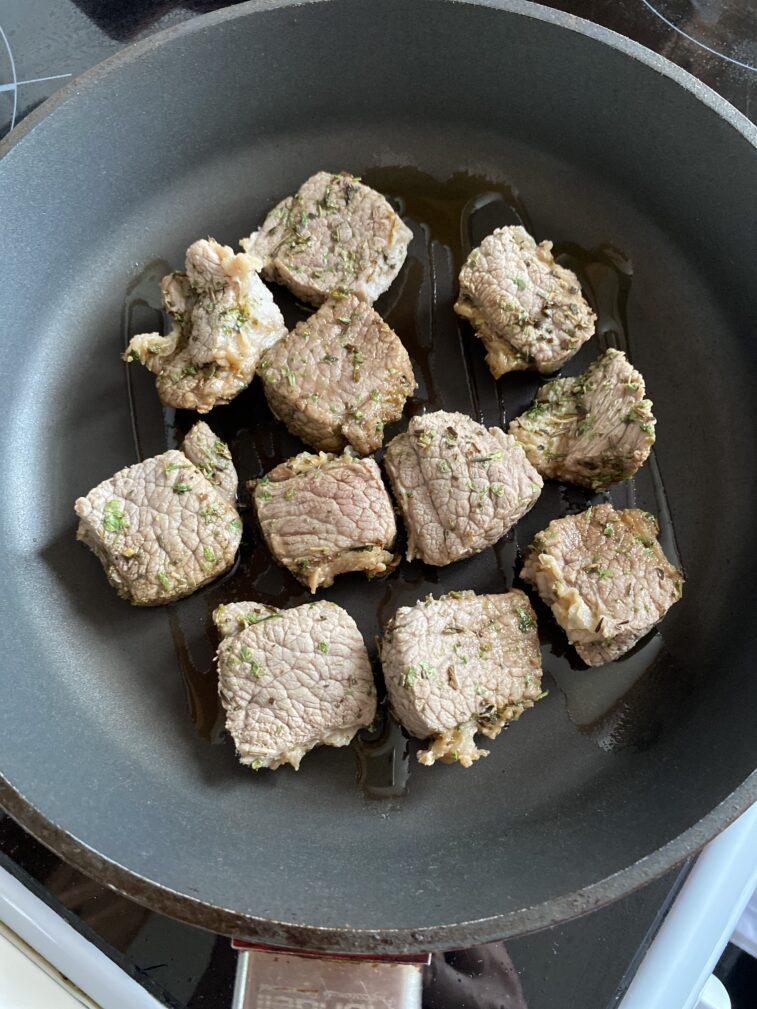 Фото рецепта - Медальоны из говядины в прованских травах - шаг 8