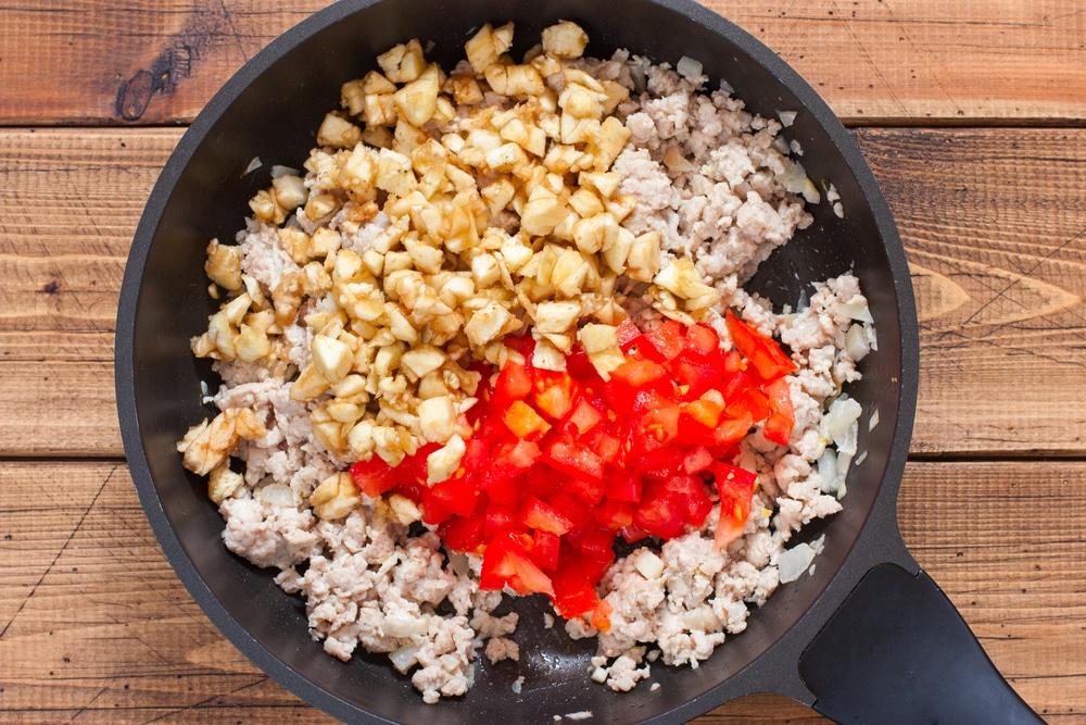 Фото рецепта - Фаршированные баклажаны с мясом и помидорами - шаг 4