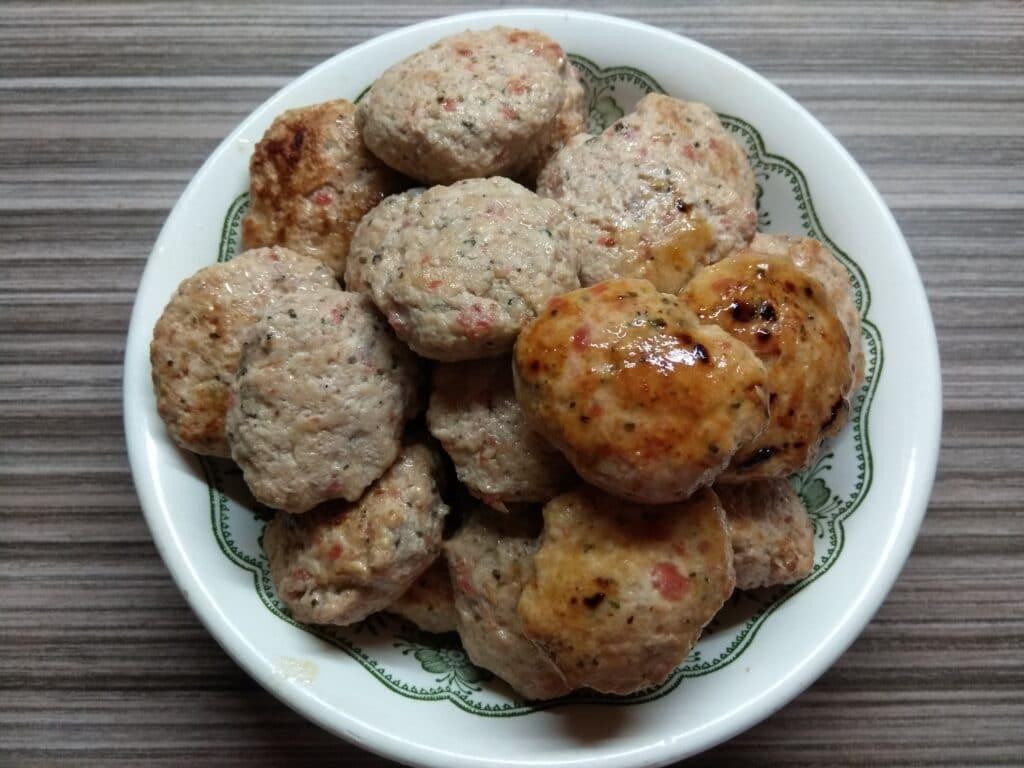 Фото рецепта - Котлеты из куриного филе с помидором и чесноком - шаг 5