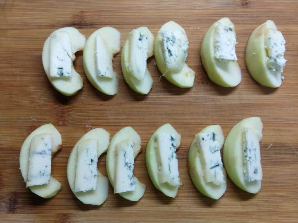 Фото рецепта - Закусочные рулетики из яблок, сыра и хамона - шаг 3