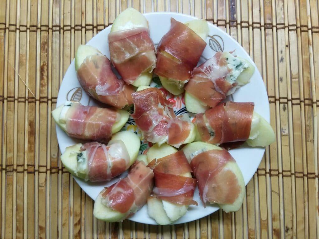 Фото рецепта - Закусочные рулетики из яблок, сыра и хамона - шаг 5