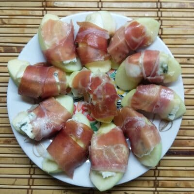 Закусочные рулетики из яблок, сыра и хамона - рецепт с фото