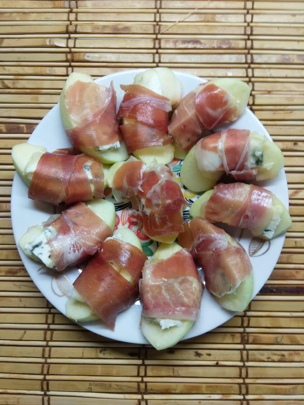 Закусочные рулетики из яблок, сыра и хамона
