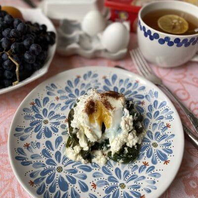 Яйца со шпинатом, запеченные в духовке - рецепт с фото