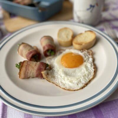 Рулетики из бекона на завтрак - рецепт с фото