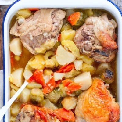 Куриные бедра с овощами, запеченные в пакете
