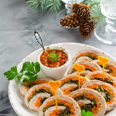 Куриный рулет с петрушкой, сыром и морковью