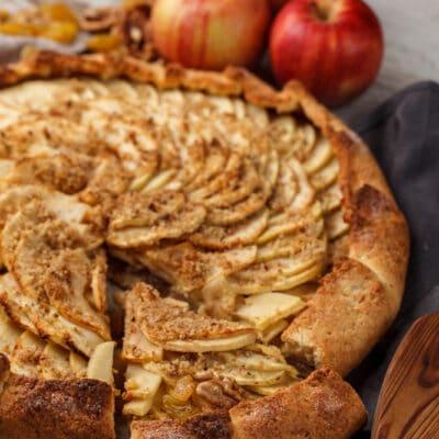 Открытый пирог с орехами и яблоками