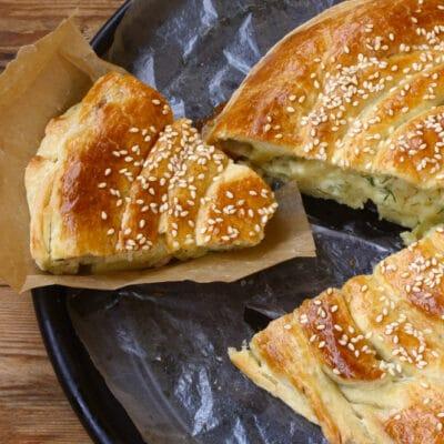 Пирог-улитка с капустой и сыром