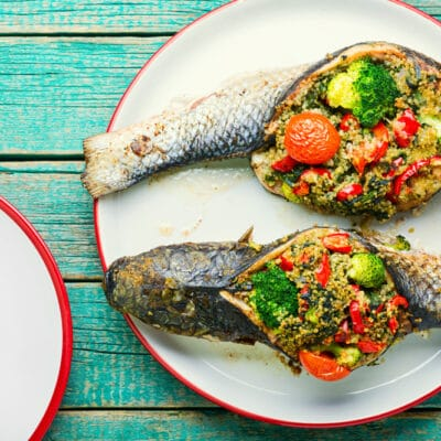 Рыба фаршированная брокколи, киноа и помидорами
