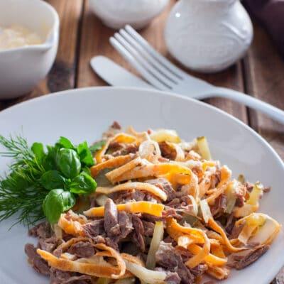 Салат из говядины, солёных огурцов и яичных блинчиков - рецепт с фото