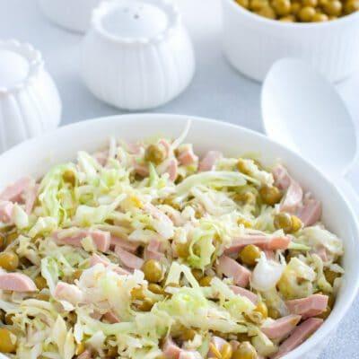 Салат из капусты, зелёного горошка и сосисок