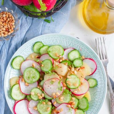 Салат из картофеля, редиса и кедровых орешков