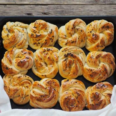 Сдобные булочки с кунжутом - рецепт с фото