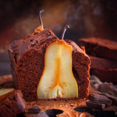 Шоколадный кекс с цельными грушами