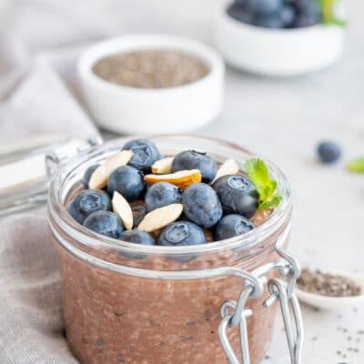 Шоколадный пудинг с черникой и орехами
