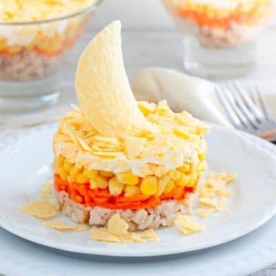 Слоеный салат с копченой курицей и кукурузой - рецепт с фото