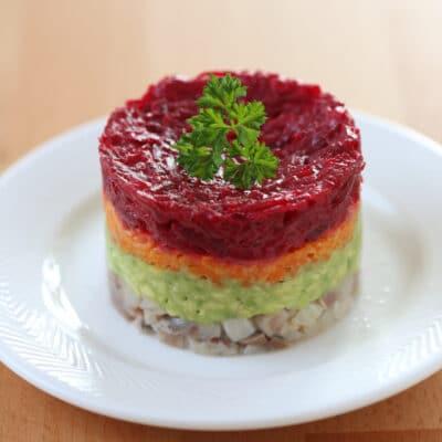 Слоеный салат с сельдью и авокадо - рецепт с фото