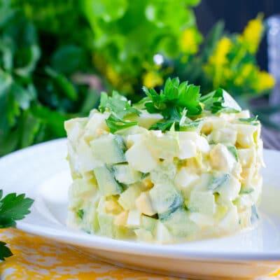 Свежий салат из огурцов с сельдереем и яйцами - рецепт с фото