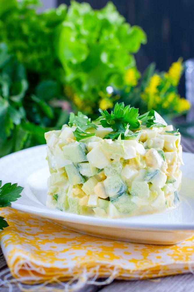 Свежий салат из огурцов с сельдереем и яйцами