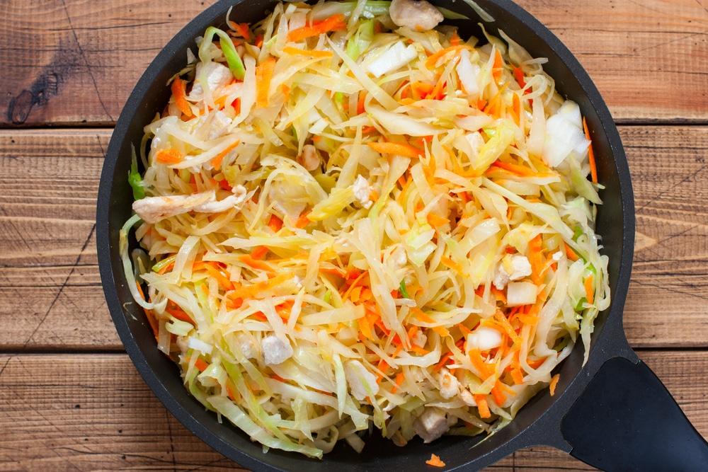 Фото рецепта - Тушеная капуста с куриным филе - шаг 5